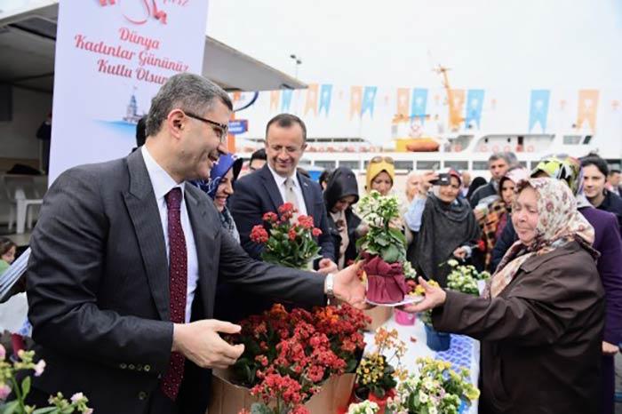 Türkmen 'Dünya Kadınlar Günü'nde kadınlara çiçek dağıttı