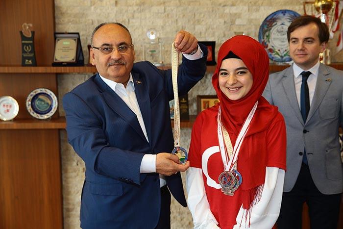 Tekvando Wushu Türkiye Şampiyonu Tuğba Sargut,Başkan Hasan Can'ı ziyaret etti