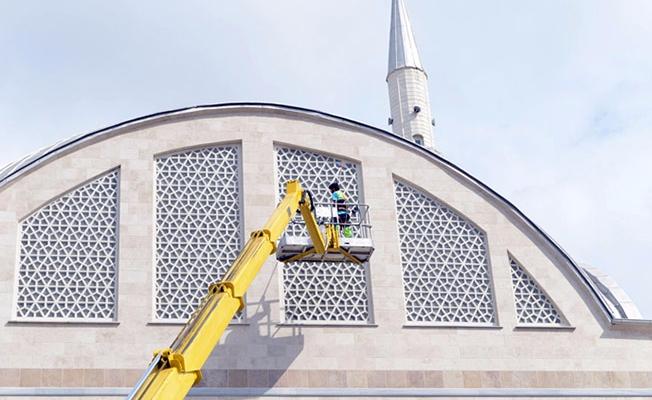 Tuzla Belediyesi, ibadethanelerin camlarını da temizliyor