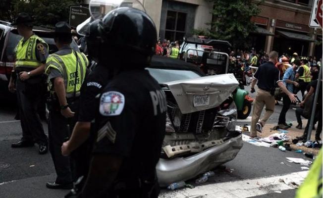 ABD'de otomobil eylemcilerin  arasına daldı