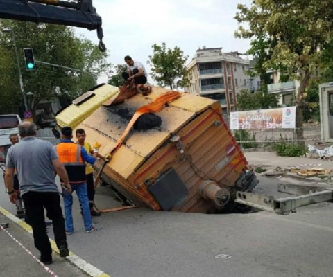 Maltepe'de asfaltlama çalışması yapılan yol çöktü