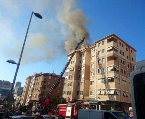 Ataşehir'de 7 katlı bir binanın çatısı yandı