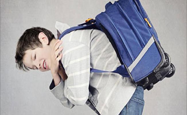 Okul çantasını hafifletmek omurgayı koruyor