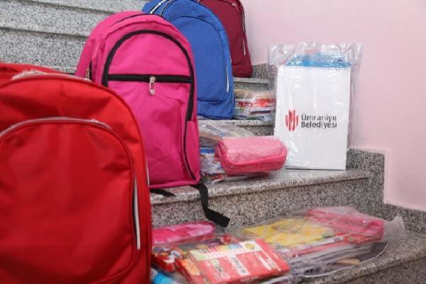 Ümraniye Belediyesi öğrencilere kırtasiye yardımı yaptı