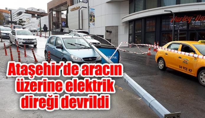 Ataşehir'de aracın üzerine elektrik direği devrildi