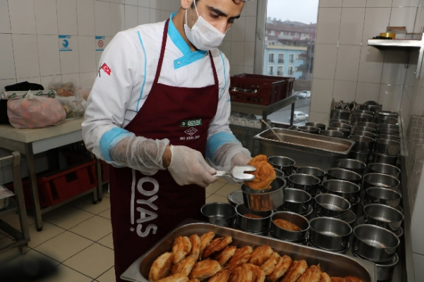 Çekmeköy Belediyesi, muhtaçlara yemeklerini evlerine götürüyor