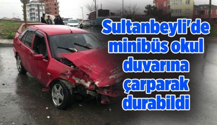 Sultanbeyli'de minibüs okul duvarına çarparak durabildi
