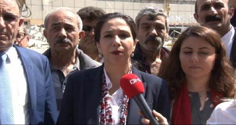 CHP'liler, yanan hastane önünde açıklama yaptı