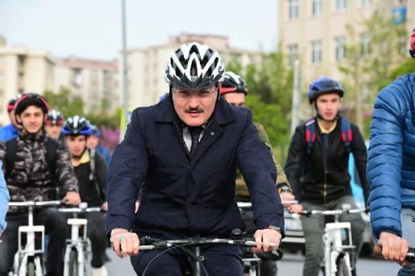 Öğrencilerle buluşmaya bisikletle gitti