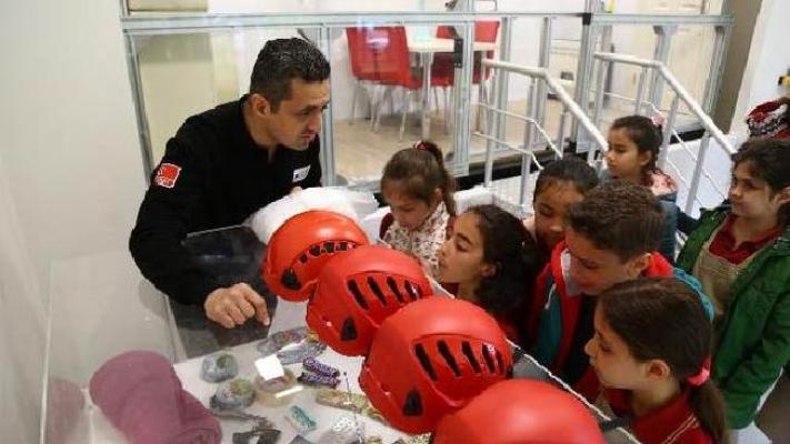 Deprem Simülatörü'nde uygulamalı afet eğitimi