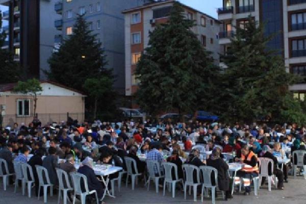 Yüzlerce vatandaş Esentepe Mahallesi'ndeki iftar sofrasında buluştu