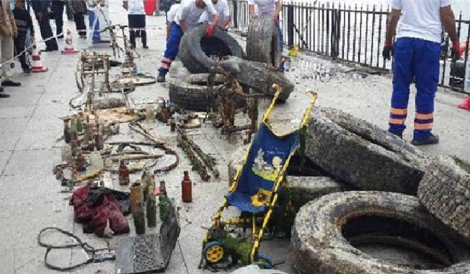 Denizden çıkarılan atıklar Kadıköy İskelesi'nde sergilendi