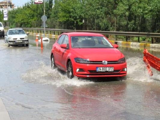 Sultanbeyli'de yağmur; 2 araç çukura düştü