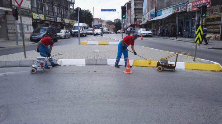 Ümraniye Belediyesi kaldırımları yeniden renklendiriyor