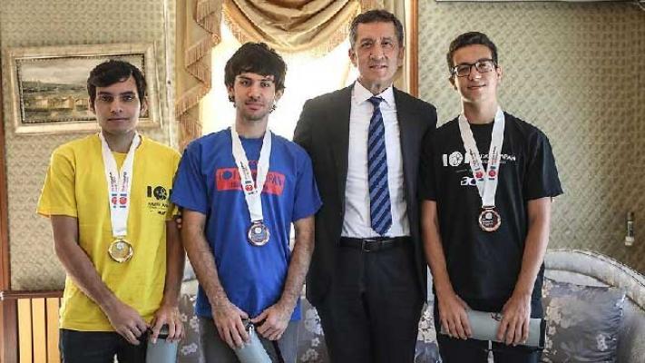 Bakan Selçuk, Bilgisayar Olimpiyat Şampiyonlarıyla buluştu