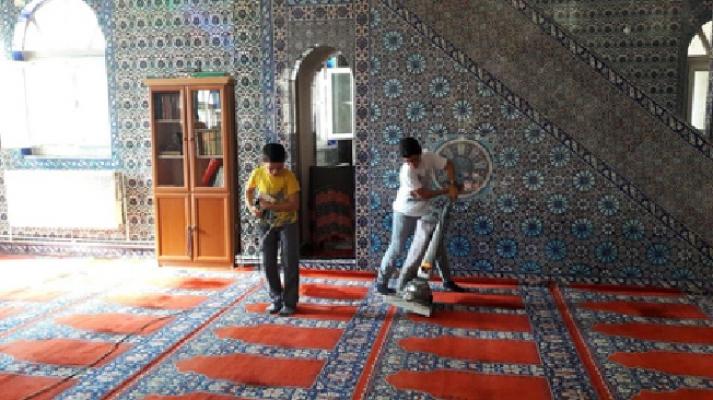 Suriyeli gençler Ümraniye'de camileri temizledi