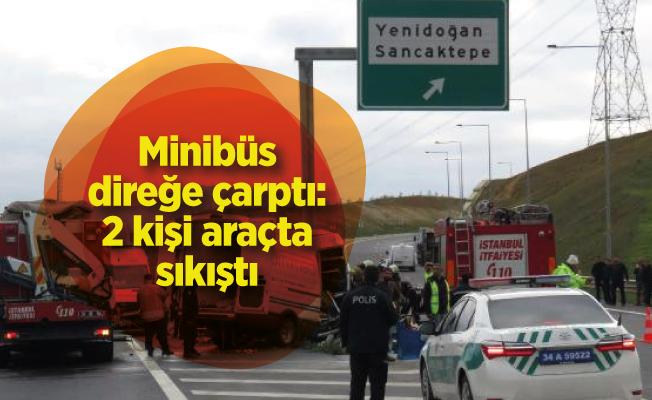 Minibüs direğe çarptı: 2 kişi araçta sıkıştı