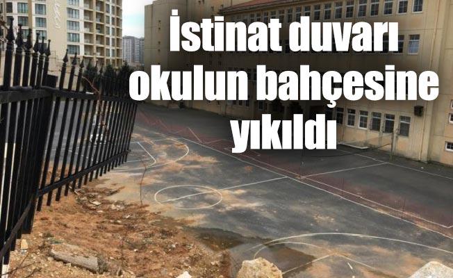 İstinat duvarı okulun bahçesine yıkıldı