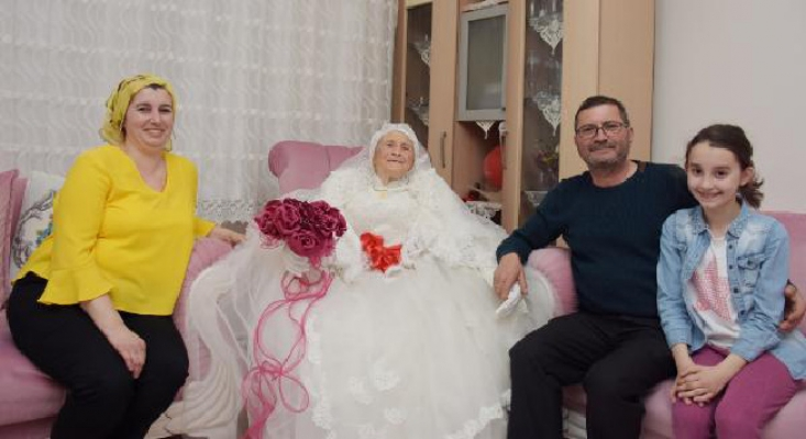 89 yaşında kına yaktı, gelinlik giydi