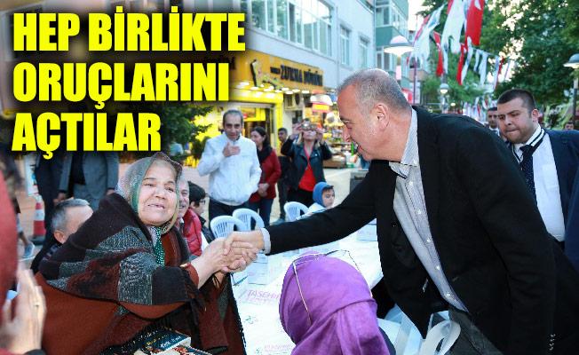 HEP BİRLİKTE ORUÇLARINI AÇTILAR