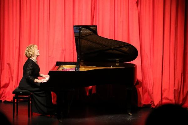 Gülsin Onay'dan Ataşehir'de Piyano Resitali