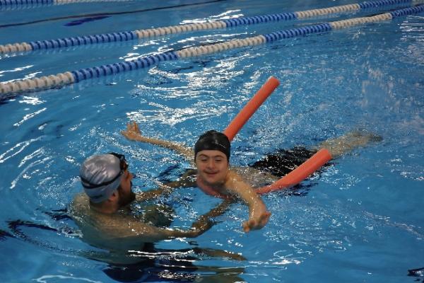 Ümraniye Belediyesi'nden Engelli Çocuklara Yüzme Kursu
