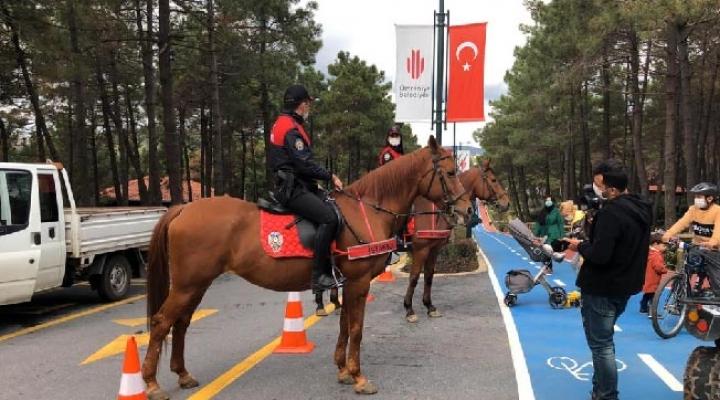 Atlı Polisler Millet Bahçesi'nde Koronavirüs Denetimi Yaptı