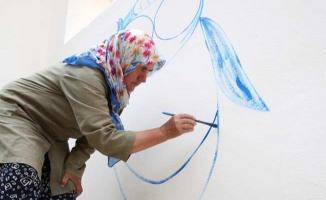 Germiyanlı Nuran Teyze Kadıköy'de duvar resimleri yapıyor