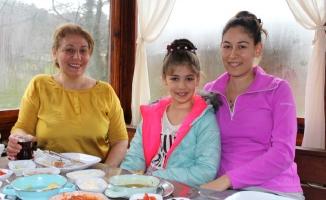 Yıldız oyuncunun köy kahvaltısı