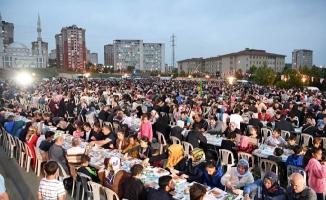 Tuzla Belediyesi, Ramazan'ın ilk sokak iftarını TOKİ Konutları'nda düzenledi