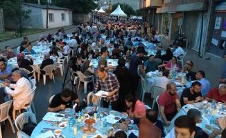 Ümraniye'de 2 mahalle yüzlerce kişilik iftarda buluştu