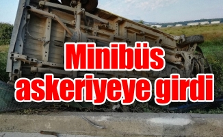 Minibüs askeriyeye girdi: 2 yaralı