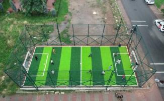 Ümraniye'de mini futbol sahalarında çocuklar doyasıya eğleniyor