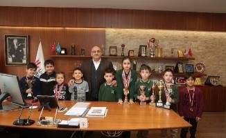 Satranç sporcuları Başkan Hasan Can'ı ziyaret etti