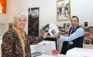 """Klasik Müzik Festivali'nde """"Bir Kitap, Bir Bilet"""" Kampanyasıyla Bin Kitap Toplandı"""