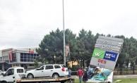 Dudullu'da otomobil reklam panosuna çarptı