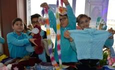 Suriyeli çocuklar üşümesin diye örgü örüyorlar