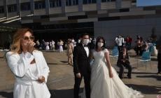 Sağlık çalışanı çiftin hem nikah şahidi oldu hem de çiftin düğününde sahne aldı