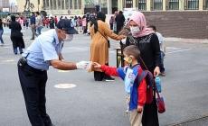 Okulların İlk Gününde Öğrencilere Maske Dağıtıldı